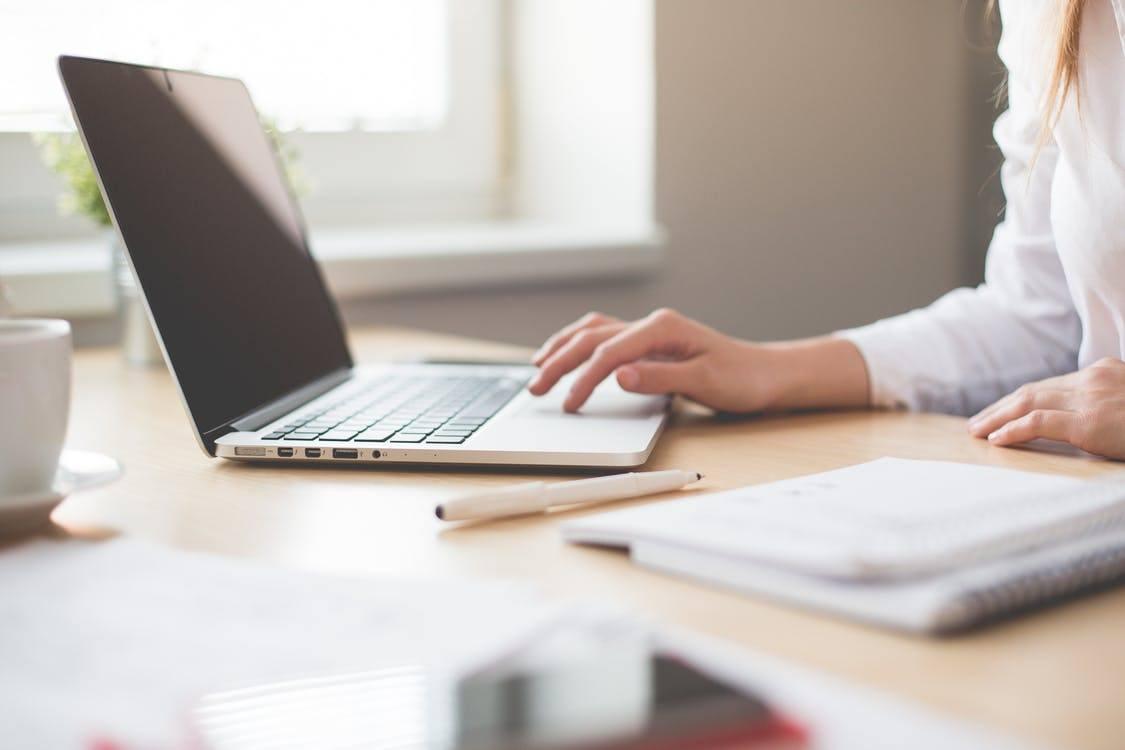 Vrouw aan het werk op laptop