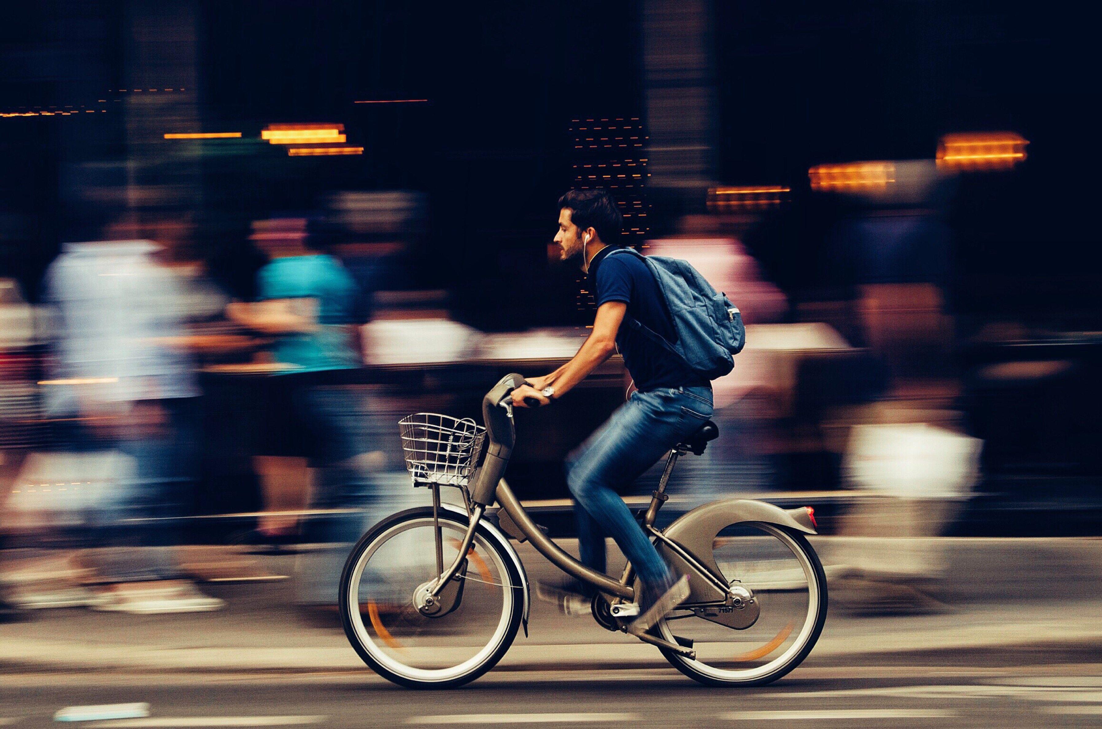 Man op de fiets met bewegende achtergrond