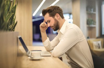 man achter computer risico burn-out