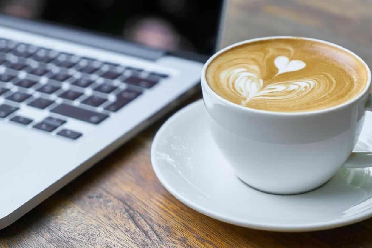 Kopje koffie bij laptop