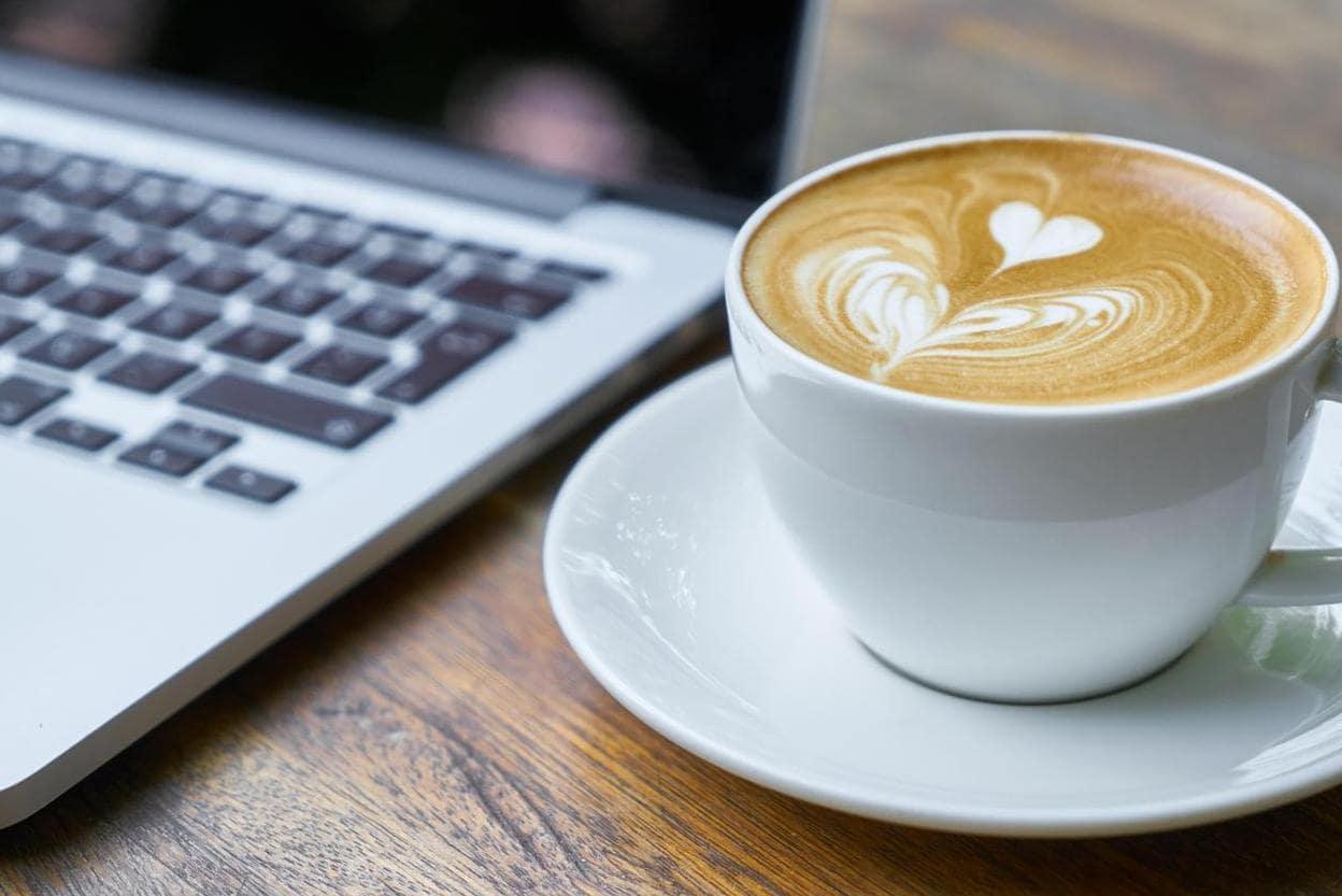 Kopje koffie met laptop