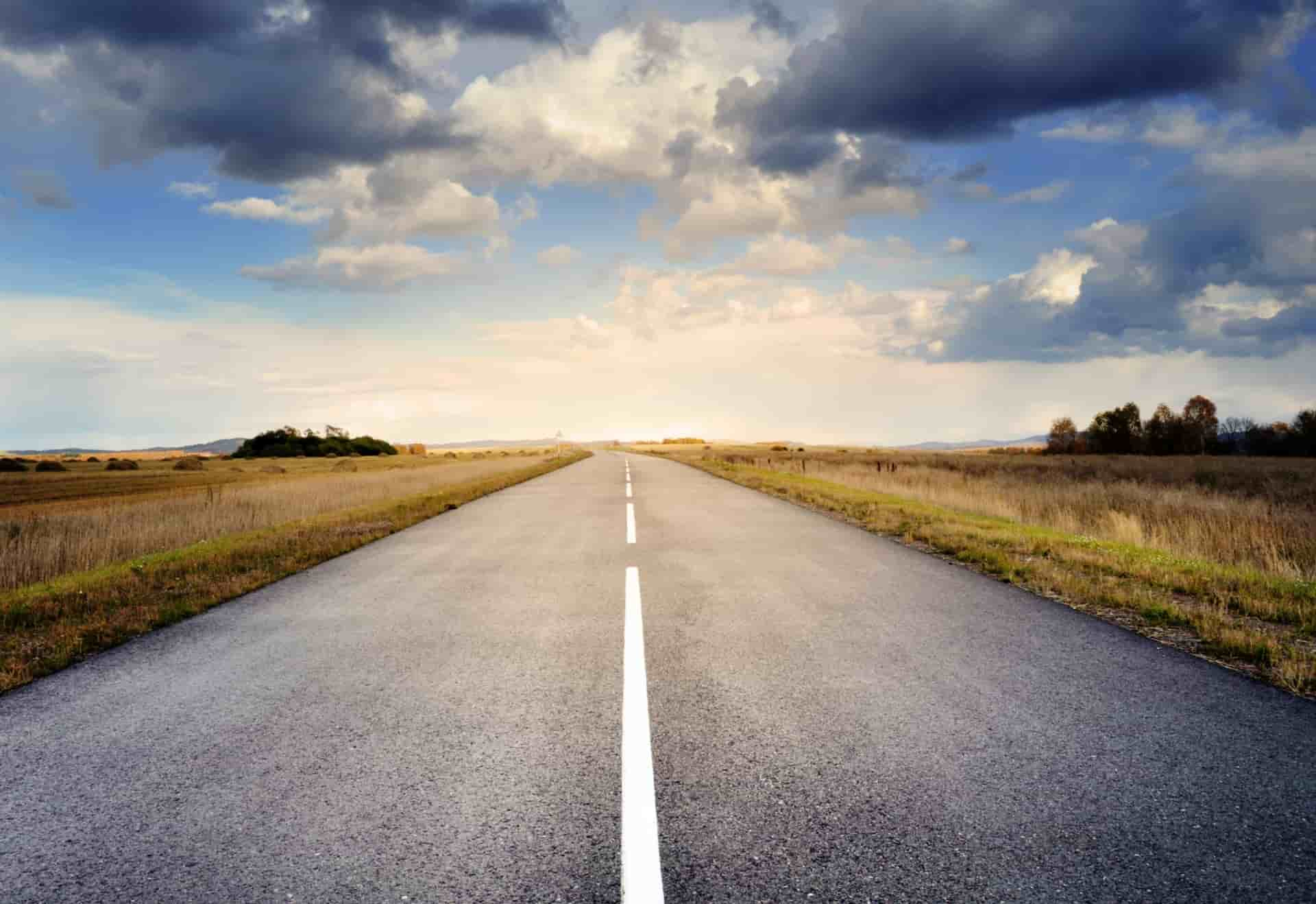 Foto van weg door rustig landschap