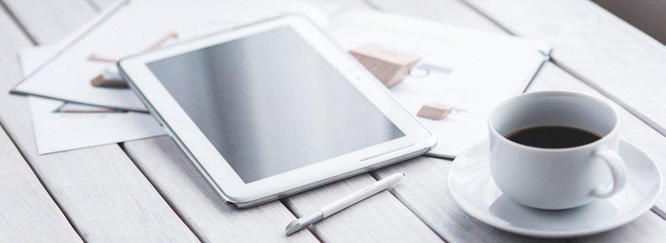 tablet met Ipad en krant